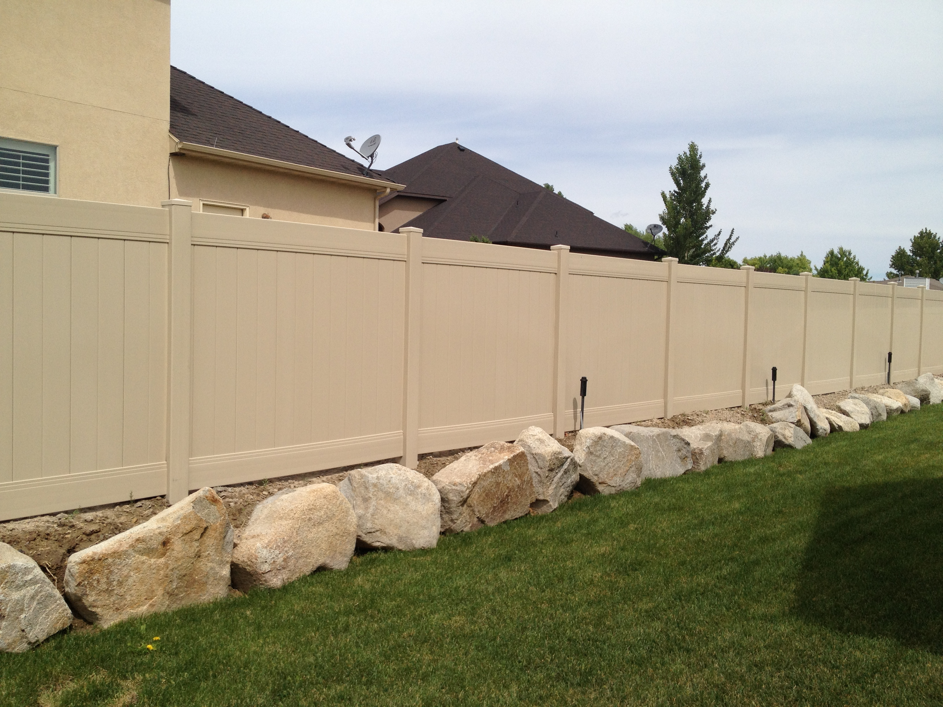 high-wind-vinyl-fence